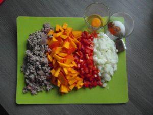 Zutaten, rote Paprika, Hokkaido Kürbis, Zwiebel 500g Rinderhackfleisch, Eigelb, Brühwürfel, Salz, Cayennepfeffer, Paprikapulver