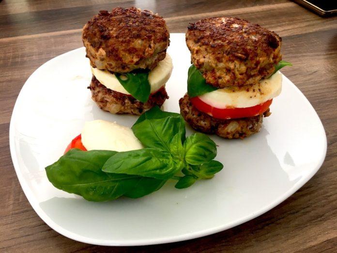 Low Carb Burger mit Mozzarella und Tomate