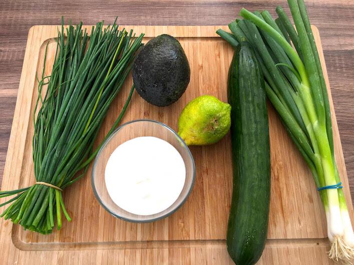 Zutaten für cremige Gurkensuppe mit Avocado