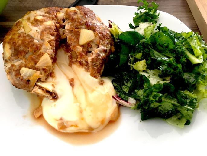 Fertiges Hackfleisch-Patty mit Camembertfüllung Low Carb