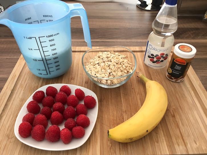 Zutaten für unseren Haferbrei mit Himbeeren und Bananentopping