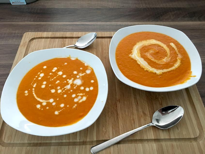 Fertige Kürbissuppe mit Kokosmilch und Ingwer