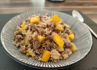 Gelbe Zucchini Reispfanne serviert