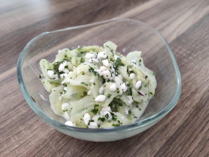 schneller proteinreicher Gurkensalat